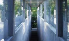 アサヒビール大山崎山荘美術館本館と地中館「地中の宝石箱」を結ぶ通路